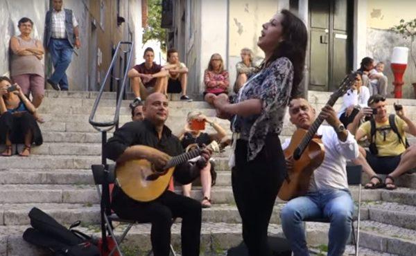 Sara Correia, fadista canta ao vivo nas ruas de Alfama